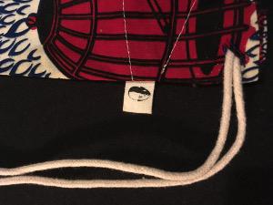 Gros plan sur étiquette en coton biologique cousues un sac-à-dos