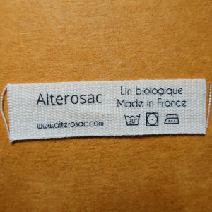 étiquette en coton biologique avec symboles d'entretien et composition