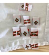 Etiquette vêtement drapeau basque à coudre avec d'un coté croix basque et de l'autre coté le drapeau basque10x30 mm pliées
