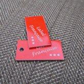 étiquettes métal gravées sur thermolaquage rouge
